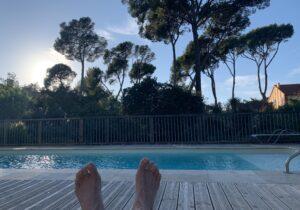 repos à la piscine du gîte La Pascalette